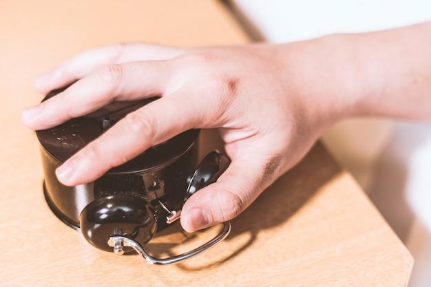 Despertador derrubada mão