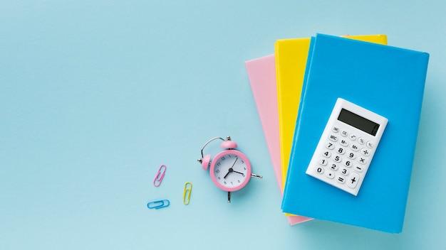 Despertador e clipes de papel coloridos