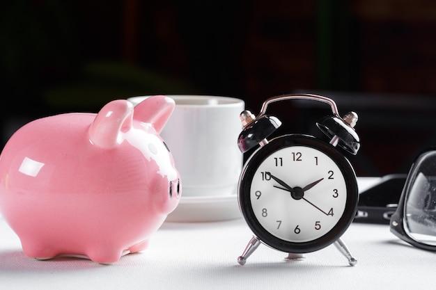 Despertador e cofrinho para economizar tempo