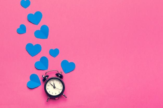Despertador e corações na cor.