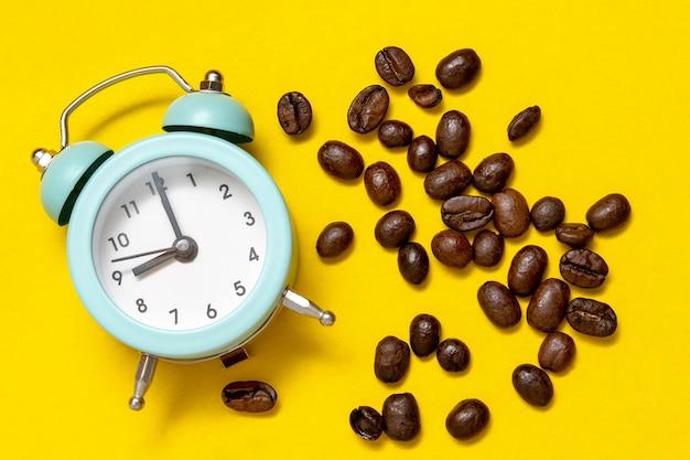 Despertador e grãos de café, vista superior