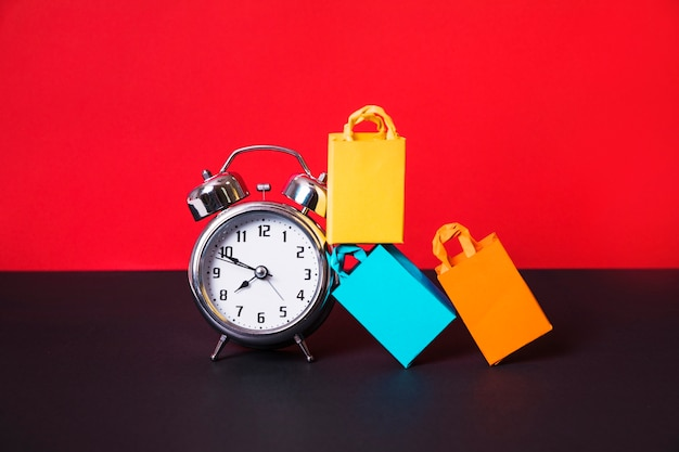 Despertador e pacotes de compras coloridos