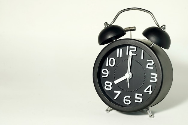 Despertador em branco, mostrando a hora às 8 horas, é tarde agora.