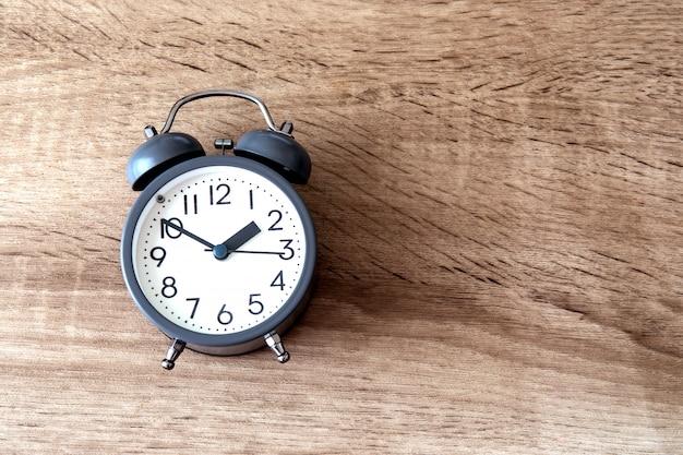 Despertador em madeira marrom, uma gestão de tempo
