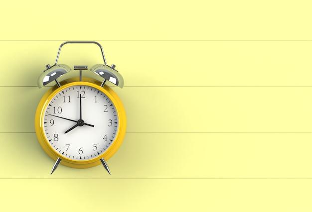 Despertador na placa de madeira amarela
