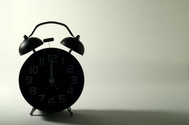 Despertador na sombra durante a noite.