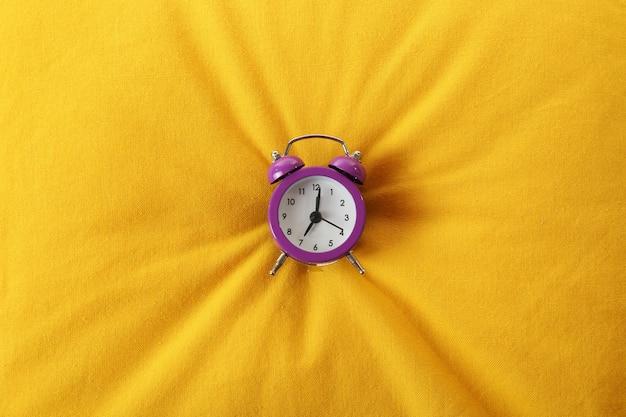 Despertador no travesseiro, close-up