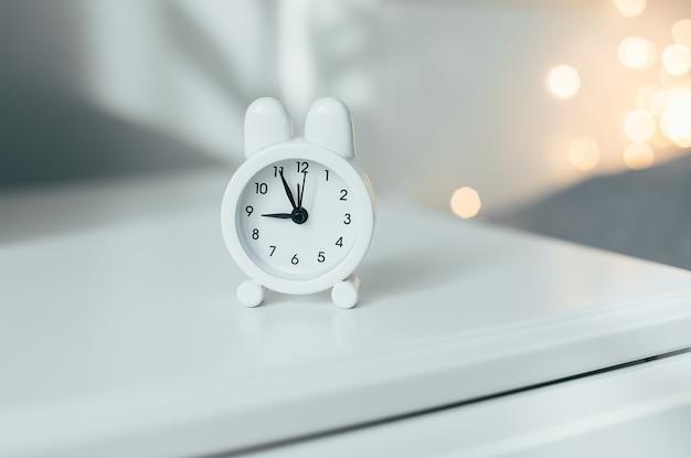 Despertador perto da cama em casa.