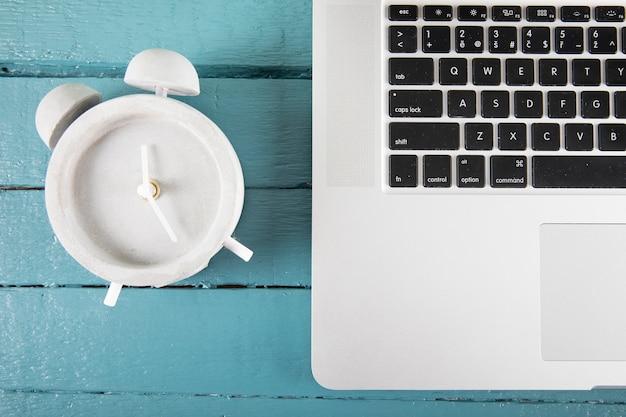 Despertador, perto, laptop