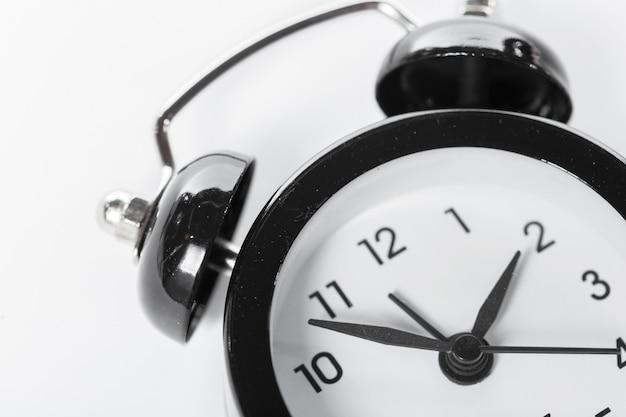 Despertador preto isolado no branco