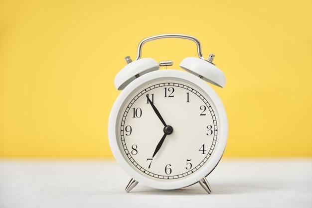 Despertador retro branco em amarelo
