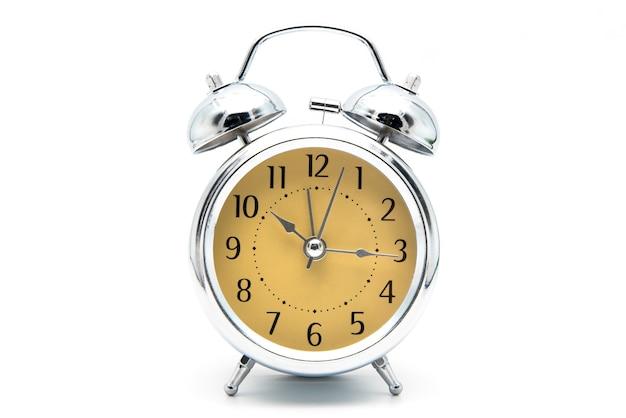 Despertador retrô e vintage design clássico isolado fundo branco