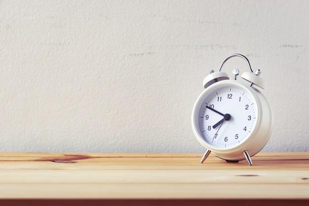 Despertador retrô na mesa de madeira