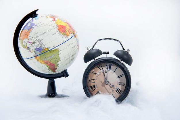 Despertador retrô preto e globo do mundo