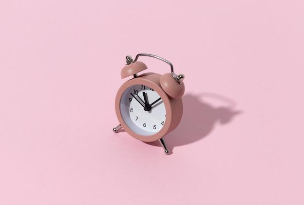 Despertador rosa com espaço de cópia