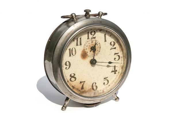 Despertador velho isolado no fundo branco