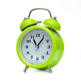 Despertador verde em estilo retro em fundo branco, isolado