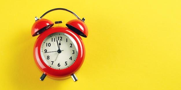 Despertador vermelho em estilo retro
