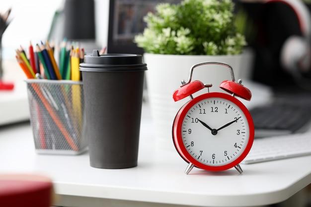 Despertador vermelho na mesa de escritório