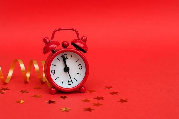 Despertador vermelho sobre fundo vermelho