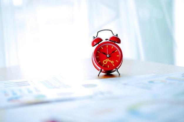 Despertador vermelho velho, despertador vermelho colocado no espaço de trabalho. quarto branco lindas cores.