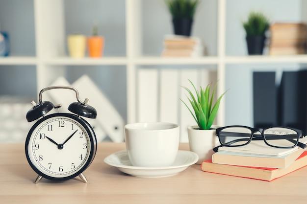 Despertador vintage clássico e xícara de café