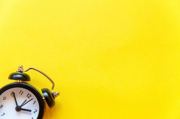 Despertador vintage isolado em fundo amarelo