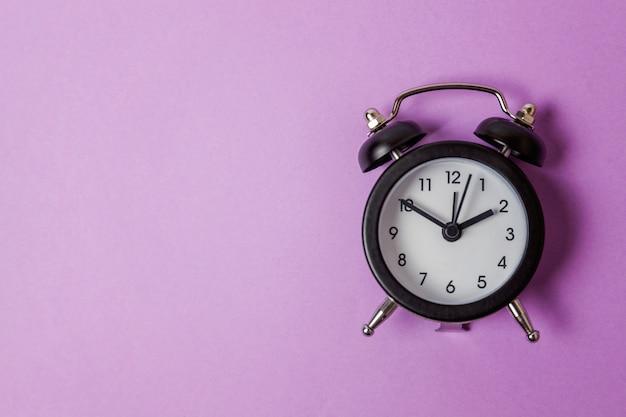 Despertador vintage isolado em roxo