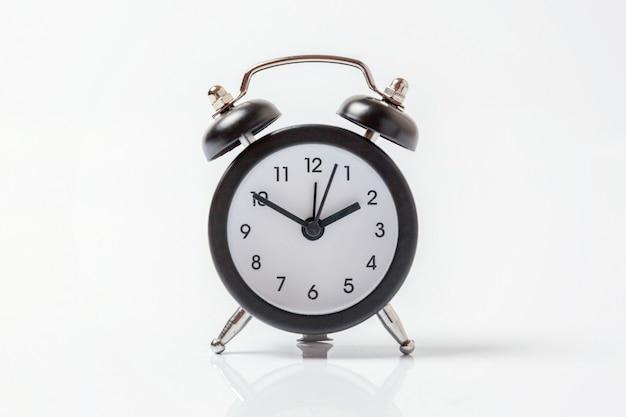 Despertador vintage isolado no fundo branco