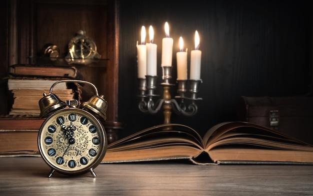 Despertador vintage mostrando cinco a doze na mesa de madeira