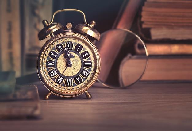 Despertador vintage mostrando cinco a doze