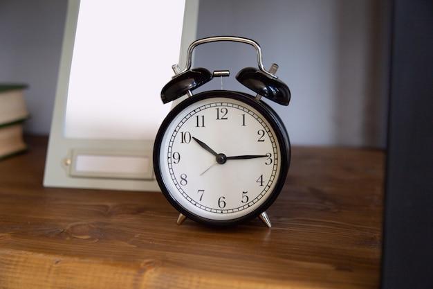 Despertador vintage na madeira resistida