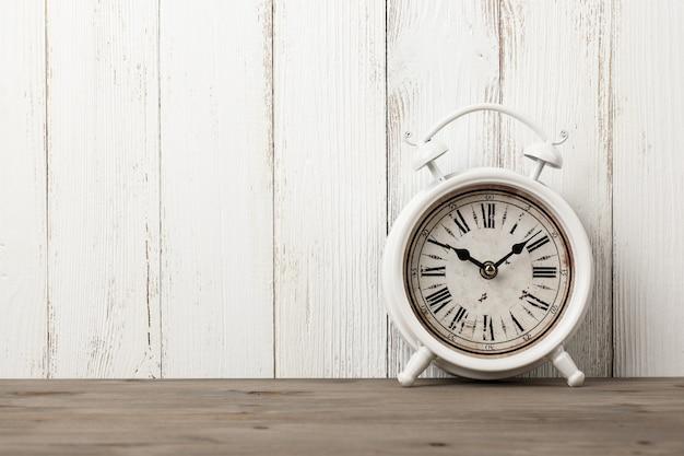 Despertador vintage na mesa de madeira