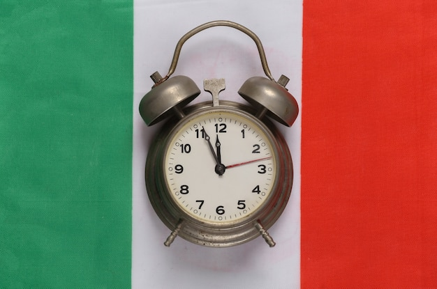 Despertador vintage no fundo da bandeira da itália