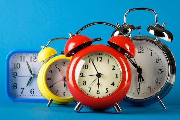 Despertadores coloridos em estilo retro