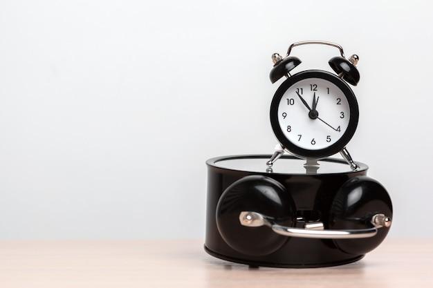 Despertadores diferentes na tabela. tempo, mudança, conceito