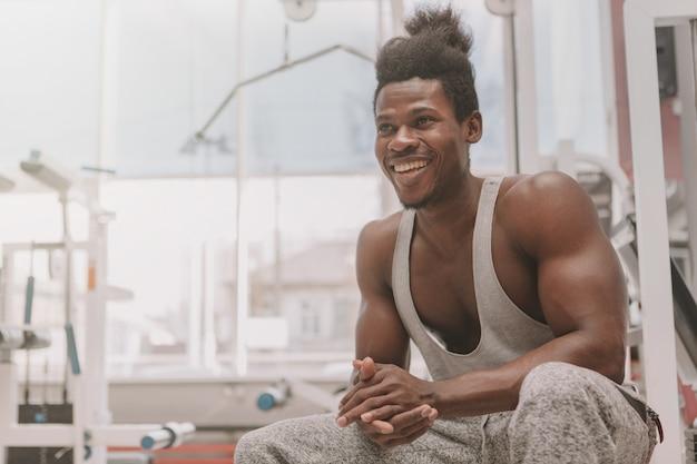Desportista africana exercitando na academia