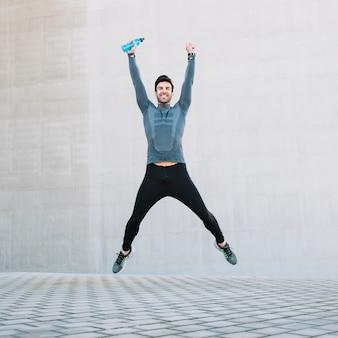 Desportista bem sucedido saltando alto