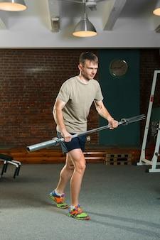 Desportista de triatlo, remo com barra.