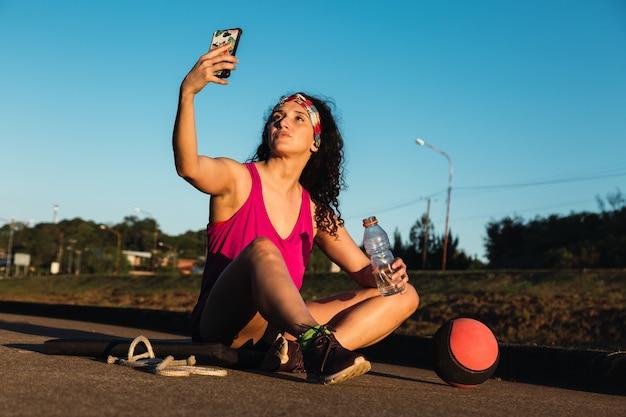 Desportista descansa e faz uma selfie após o treino.