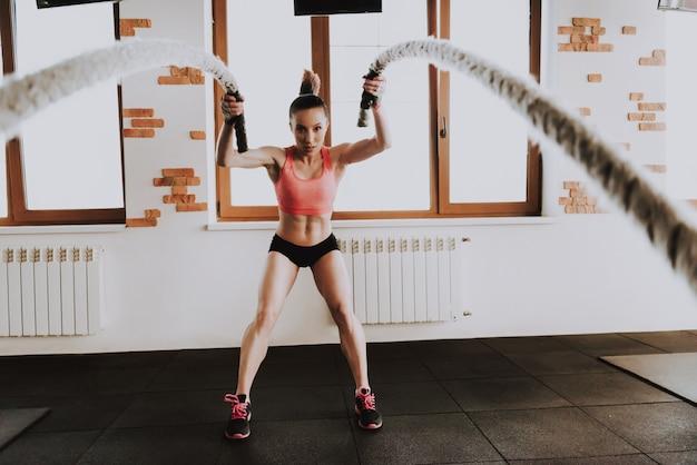 Desportista está exercitando no ginásio sozinho