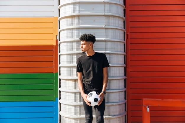 Desportista étnica com bola de futebol