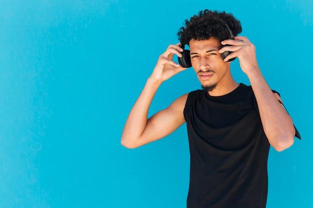 Desportista étnica usando fones de ouvido