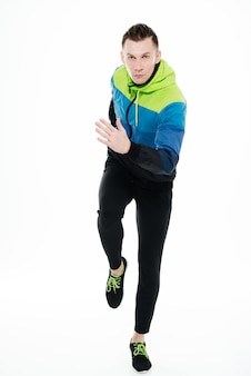 Desportista forte bonito correndo isolado
