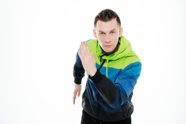 Desportista forte concentrada correndo isolado