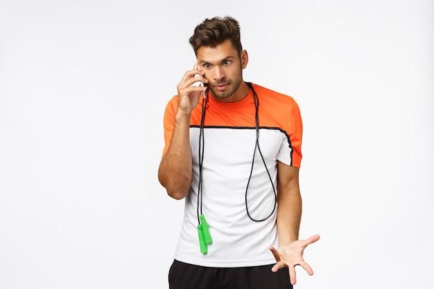 Desportista incomodado e perturbado sentir raiva de alguém chamado durante o treinamento