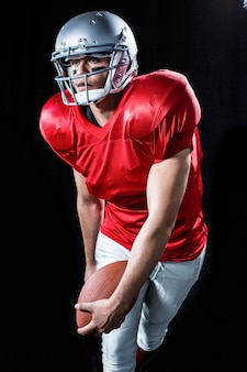 Desportista jogando futebol americano