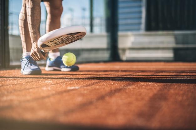 Desportista, jogando o jogo de padel