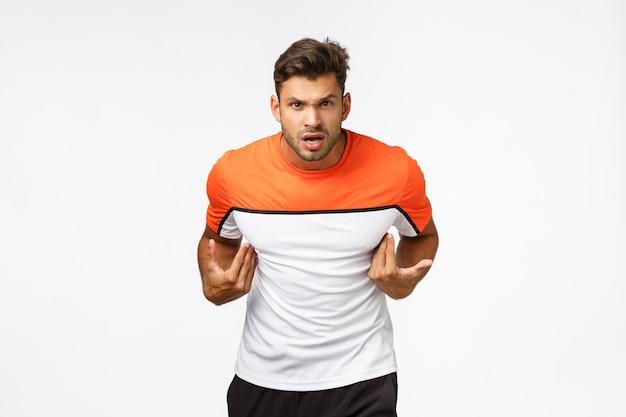 Desportista jovem agressivo ofendido parece frustrado e irritado