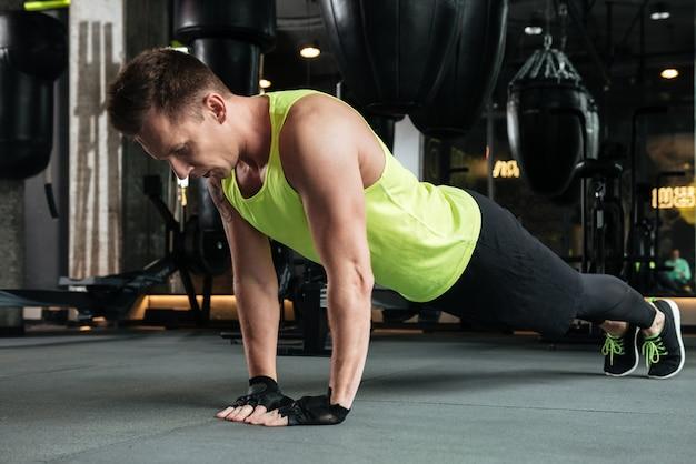 Desportista jovem concentrada fazer exercícios de esporte no ginásio